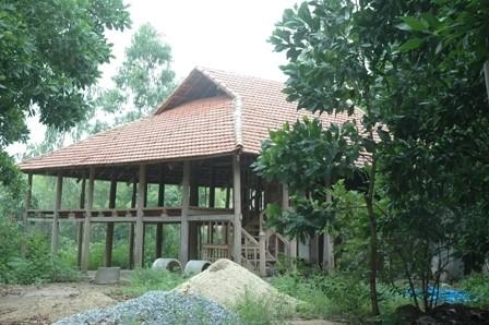 Theo quan sát của phóng viên, căn nhà sàn của ông Trung trên đất rừng ở đầm Sòi đã được gia chủ tự thảo dỡ một phần