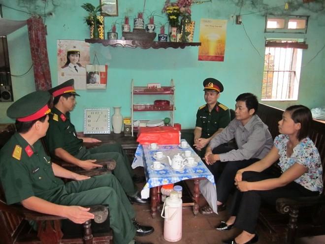 Đoàn công tác của BTL Thủ đô Hà Nội thăm gia đình những người lính đảo Trường Sa.