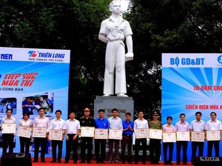 Đại diện Bộ Tư lệnh Thủ đô  Hà Nội nhận Bằng khen đơn vị xuất sắc do Trung ương Đoàn TNCS Hồ Chí Minh trao tặng