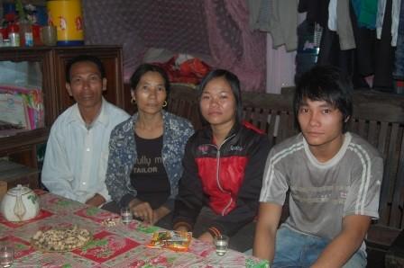 Anh Sáng (ngoài cùng bên trái) và gia đình.