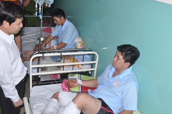 Ông Lê Minh Trí - PCT UBND TP.HCM thăm hỏi các chiến sĩ PCCC bị thương đang điều trị tại bệnh viện Đa khoa Bình Tân trên giường bệnh.