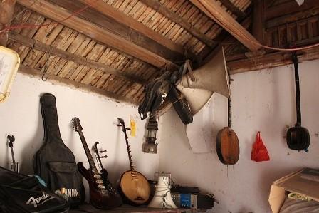 """Ngoài những nhạc cụ truyền thống (trống, kèn, sáo, nhị, thanh la, đàn tam, đàn nguyệt...), phường bát âm còn bổ sung thêm thiết bị điện tử như loa, đài, tăng âm, micro... để âm thanh """"lâm khốc"""" vang to."""