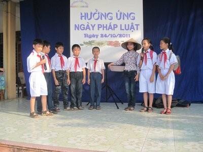 """Một hoạt cảnh hưởng ứng """"Ngày pháp luật"""" trong nhà trường tại Đông Triều, Quảng Ninh"""