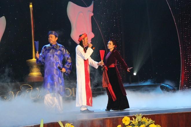 Liên khúc 3 miền của Hoài Linh, Chí Tài và Phương Thanh khiến cả khan phòng đầy ắp tiếng cười.