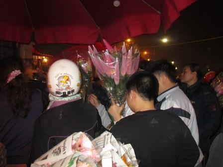 Tương tự, khu vực bán hoa lys người mua chen chúc, ai cũng muốn chọn được cho mình một bó lys đẹp nhất để bõ công dậy sớm đi chợ.