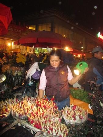 Chị Nguyễn Thị Ánh, người ở xã Mê Linh, huyện Mê Linh, một trong những vùng đất trồng hoa của Hà Thành, đến chợ từ lúc 1h sáng với một xe máy chở đầy ắp 4.000 bông hoa hồng. Đến 3h sáng, xe hoa của chị đã vơi quá nửa.