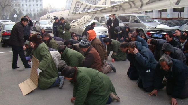 Một cảnh công nhân Trung Quốc đi đòi lương mà phải quỳ lạy như ăn xin