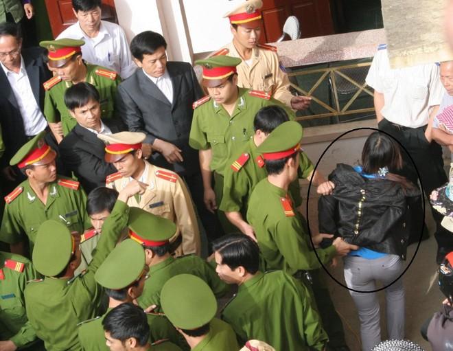 Nguyễn Thị Hoa bị còng tay và đưa về tạm giữ lúc 8h42 phút nhưng không hiểu sao vẫn làm trì hoãn phiên toà đến 9 h10 phút?