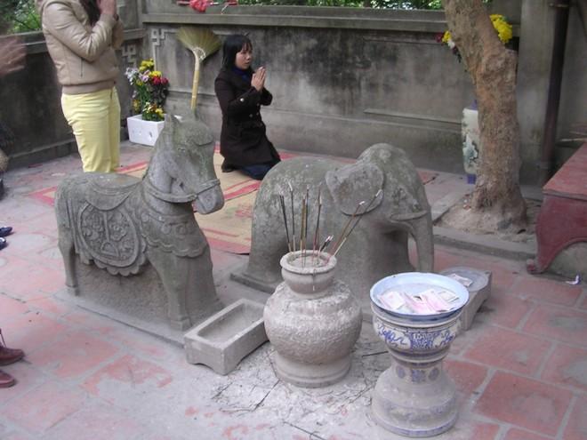 Đôi voi đá trong sân đền