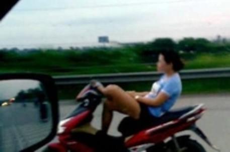 Lái xe bằng chân - một hành vi vừa gây phản cảm  vừa vi phạm nghiêm trọng Luật Giao thông