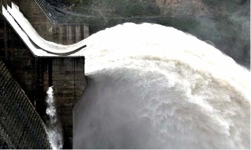 Thủy điện Sông Tranh 2 trong một lần xả lũ