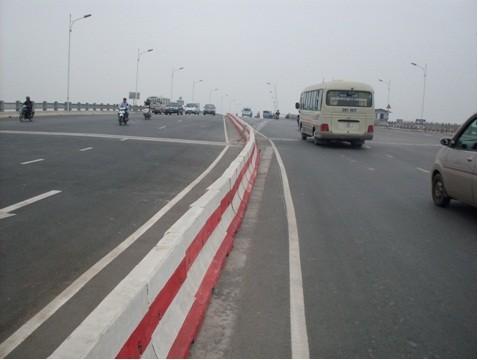 Các xe lưu hành trên cầu Vĩnh Tuy Hà Nội
