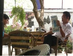 Người dân Thị trấn Củ Chi tìm đọc thông tin trên báo Pháp Luật Việt Nam