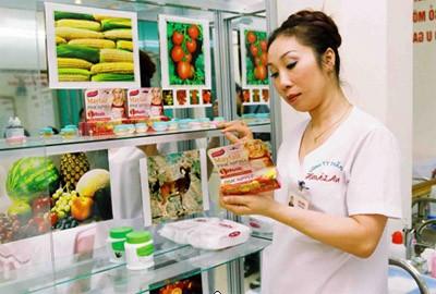 Chị Hoài Anh- giám đốc TMV Hoài Anh trực tiếp pha thuốc cho khách hàng