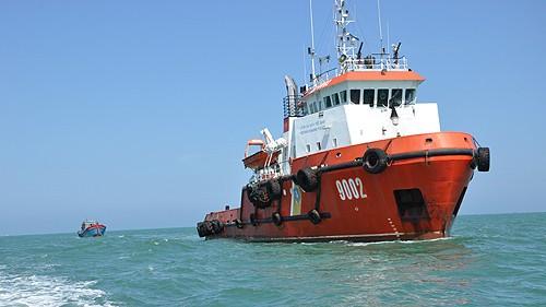 Tàu CSB lai dắt tàu cá của ngư dân gặp nạn về bờ