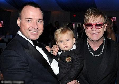 Ngôi sao ca nhạc gạo cội Elton John và gia đình đồng tính của mình