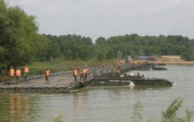 Lực lượng Lữ đoàn lắp cầu phao 60 tấn, dài 160m giải tỏa ùn tắc giao thông
