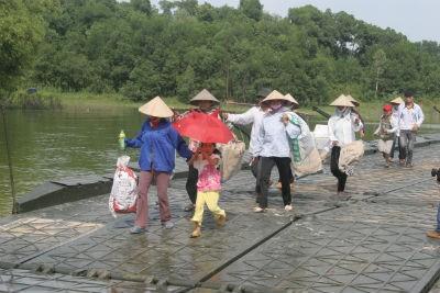 Những người dân đầu tiên được sơ tán qua cầu phao, đến nơi an toàn