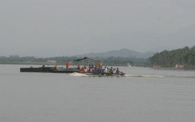 Lực lượng tại chỗ dùng bè tre, thuyền nan, xuồng cao tốc sơ tán nhân dân đến trạm trung chuyển và cấp cứu dưới nước
