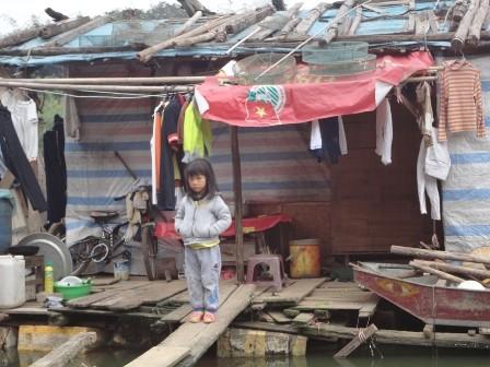 Những cây cầu bé nhỏ nối liền nhà của các em nhỏ với mặt đất