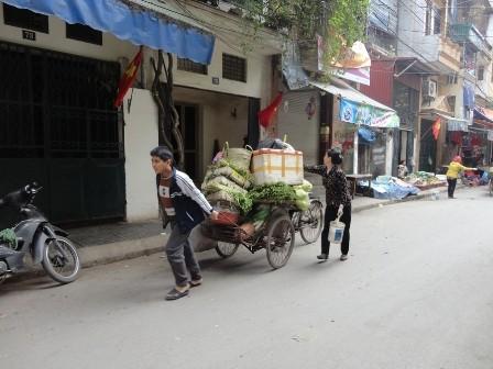 Vũ Xuân Trường với công việc chở ra hàng ngày ngoài chợ của mình.