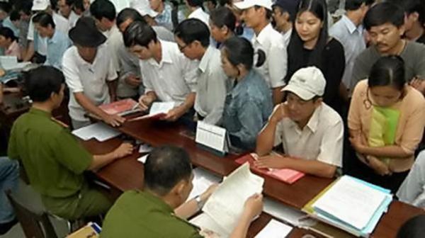 Người dân làm thủ tục đăng ký hộ khẩu