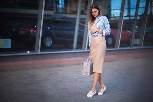 Phối sneakers với váy bút chì