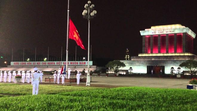Kết quả hình ảnh cho lễ hạ cờ ở lăng Chủ tịch Hồ Chí Minh