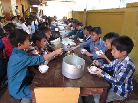 Bắt Hiệu trưởng và Hiệu phó bán 6 tấn gạo của học sinh dân tộc bán trú
