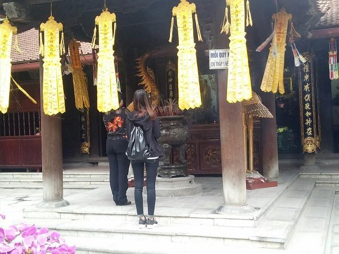 Liền ngay phía sau Đền Tam Bảo là Đền Mẫu, nơi dành riêng cho những ai muốn