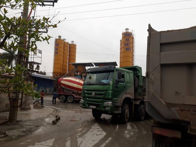 Nhiều xe tải hoạt động ngày, đêm tại trạm trộn này.