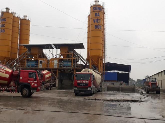 Nhiều phương tiện có trọng tải lớn thường xuyên ra vào Trạm trộn bê tông Sông Đà-Việt Đức.