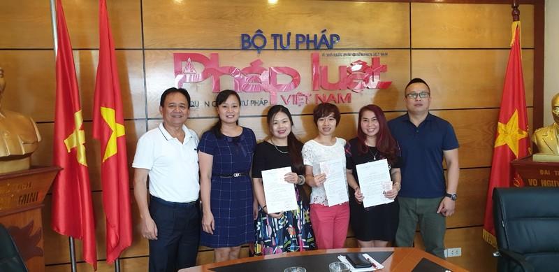 Báo Pháp luật Việt Nam phát thẻ Đảng viên cho 4 đảng viên mới