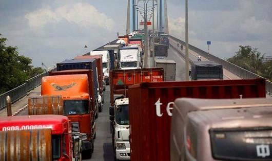 Cách lái xe an toàn khi gặp container trên đường