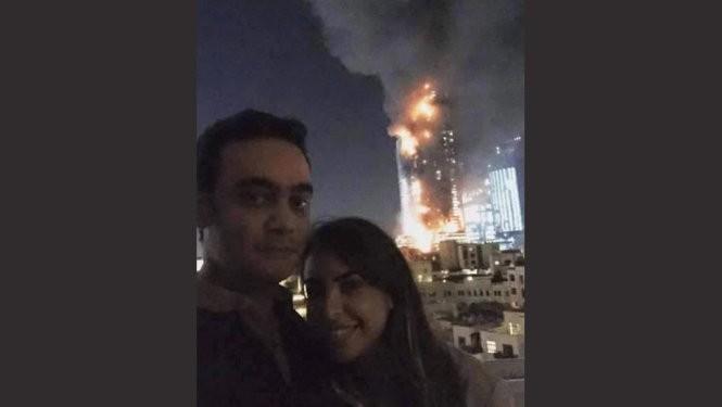 'Tự sướng' trước khách sạn bốc cháy, cặp đôi bị 'ném đá'