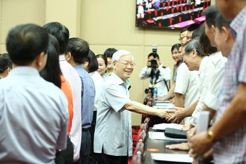 Tổng Bí thư Nguyễn Phú Trọng trò chuyện với cử tri quận Thanh Xuân, Hà Đông. Ảnh: Hoàng Phong.