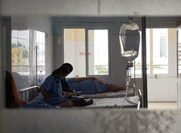 Bệnh nhân cúm A/H1N1 điều trị cách ly tại Bệnh viện Từ Dũ (TP HCM) đầu tháng 6. Ảnh: Lê Phương.