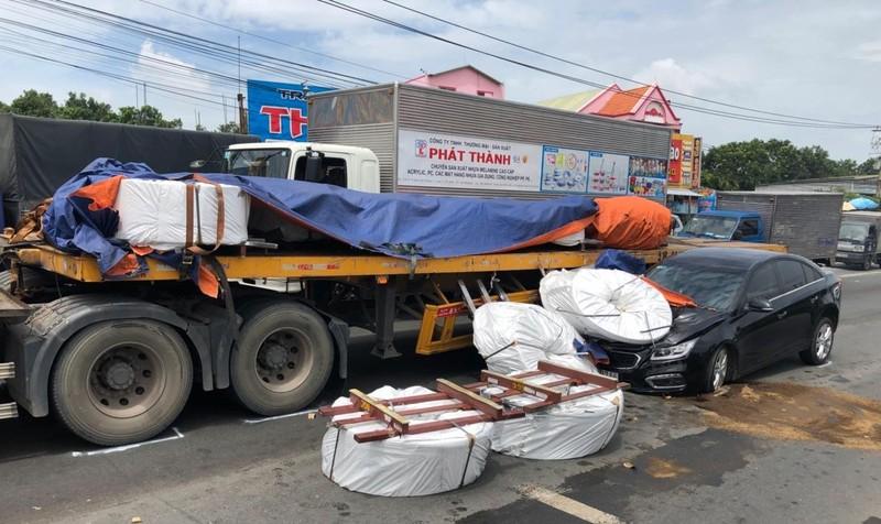 Hàng chục cuộn thép rơi nát đầu xe hơi