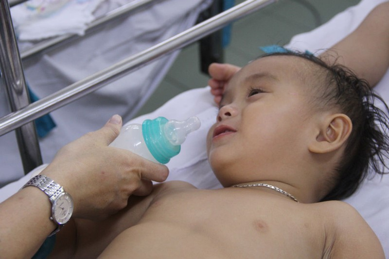 Bác sĩ quay cuồng cấp cứu trẻ nhập viện gấp 5 lần vì tay chân miệng