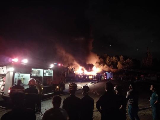 Đà Nẵng: Đang cháy kinh hoàng tại kho sơn 1.000 m2 thuộc KCN Hòa Cầm - Ảnh 3.