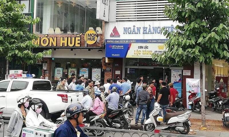 Công an đang khám nghiệm hiện trường vụ cướp ngân hàng Việt Á