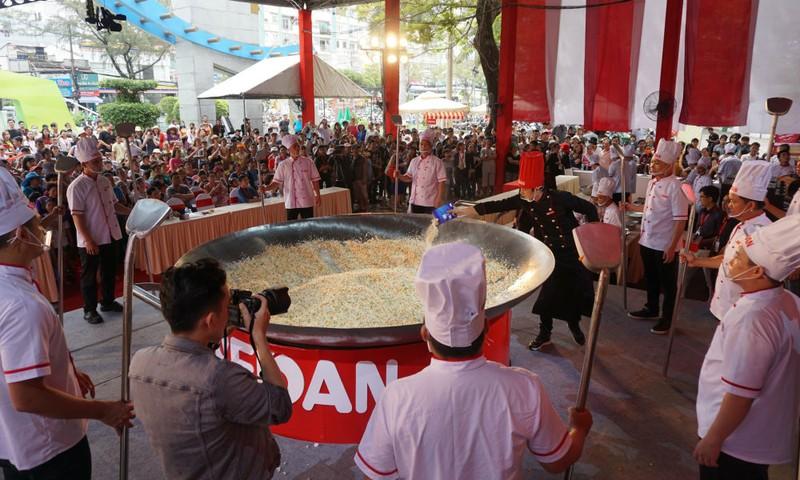 Công bố sự kiện xác lập kỷ lục chảo cơm chiên lớn nhất Việt Nam