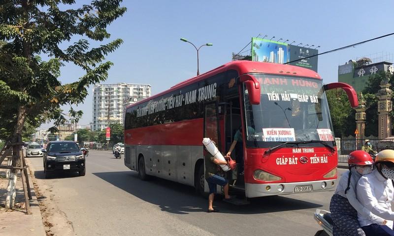 """Hà Nội: Bất chấp quy định, xe khách vẫn """"đại náo"""" trong nội đô"""