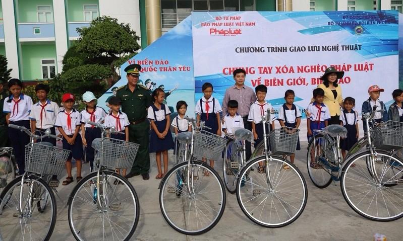 Trao 100 xe đạp cho học sinh và 1.200 lá cờ cho ngư dân tại Bạc Liêu