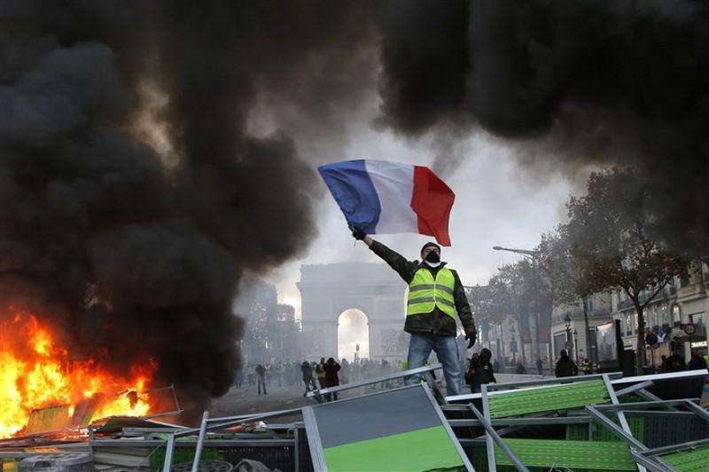 Pháp xem xét áp đặt tình trạng khẩn cấp vì bất ổn