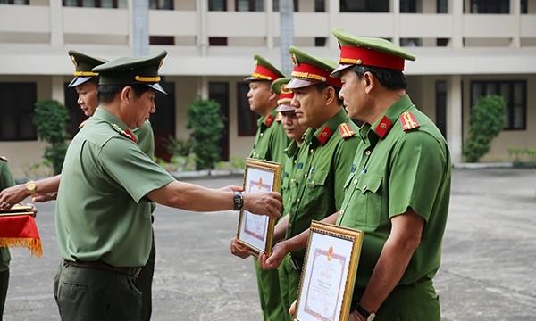 """Khen thưởng các đơn vị triệt phá """"điểm nóng"""" khai thác cát trái phép trên sông Đồng Nai"""
