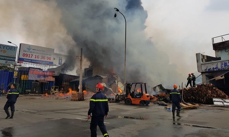 Cháy lớn thiêu rụi nhiều nhà xưởng tại ngã 3 Vũng Tàu