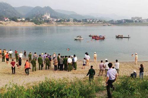 Đau lòng 8 nam sinh chết đuối ở Hòa Bình