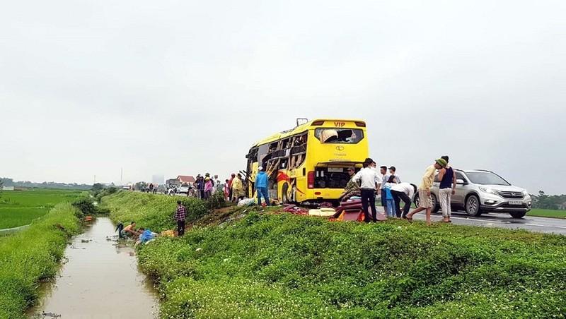 Nam Định: Tai nạn ôtô liên hoàn, đầu xe 45 chỗ cắm xuống mương