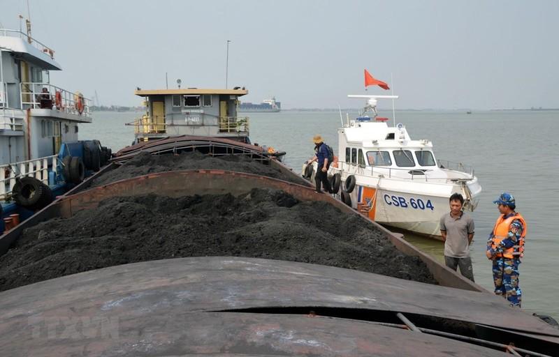 Bộ Tư lệnh Vùng Cảnh sát biển tạm giữ 900 tấn than không rõ nguồn gốc